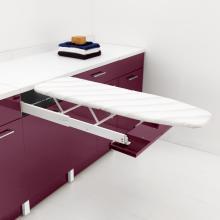 Wäscheschrank mit ausziehbarem Bügelbrett