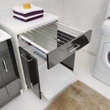 Wäscheschrank mit ausziehbarem Wäscheständer